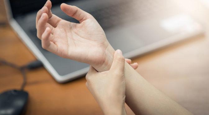 Πόνος στον καρπό: Πού μπορεί να οφείλεται